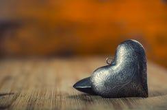 Rood nam toe De dag van het huwelijk Metaalharten op houten achtergrond - lijst Valentijnskaarten twee zilveren hart met ornament Stock Afbeeldingen