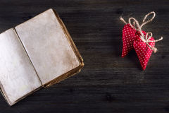 Rood nam toe Rode doek met de hand gemaakte harten en oud open boek op houten achtergrond Stock Afbeeldingen