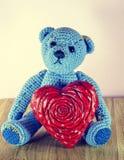 Rood nam toe Teddy Bear Loving leuk met rode harten die alleen zitten wijnoogst royalty-vrije stock fotografie