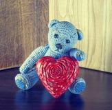 Rood nam toe Teddy Bear Loving leuk met rode harten die alleen zitten wijnoogst stock afbeeldingen