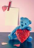 Rood nam toe Teddy Bear Loving leuk met rode harten die alleen zitten wijnoogst royalty-vrije stock foto