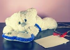 Rood nam toe Teddy Bear Loving leuk met rode harten die alleen zitten wijnoogst royalty-vrije stock afbeeldingen