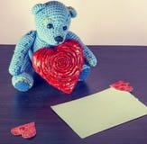 Rood nam toe Teddy Bear Loving leuk met rode harten die alleen zitten wijnoogst stock fotografie