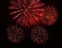 Rood oranje verbazend die vuurwerk in donkere dichte omhooggaand als achtergrond met de plaats voor tekst wordt geïsoleerd, het v Stock Foto's
