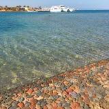 Rood Overzees strand stock fotografie