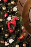 Rood paard op een nieuw-jaarboom Stock Afbeelding