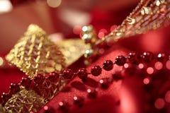 Rood parelsclose-up op de vage achtergrond van de lichten bokeh vakantie Royalty-vrije Stock Afbeeldingen