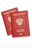 Rood paspoort die op een witte achtergrond liggen Royalty-vrije Stock Foto