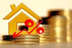 Rood percententeken op de achtergrond van huizen Stock Foto's