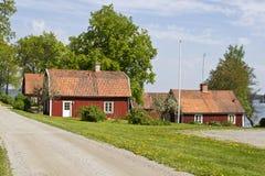 Rood plattelandshuisje met buiten bloem. Royalty-vrije Stock Foto's