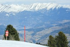 Rood postteken die de rand van skihelling merken stock fotografie