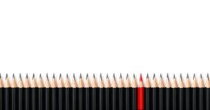 Rood potlood die van menigte dezelfde zwarte gewaagde potloden op witte achtergrond, met ruimte voor tekst duidelijk uitkomen Lei stock foto's