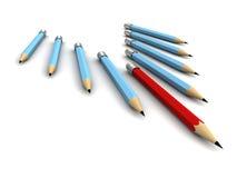 Rood potlood in leidersbovenkant van blauwe anderen op witte achtergrond Stock Foto