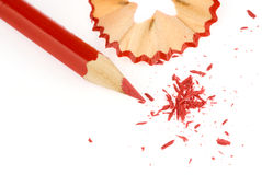 Rood potlood met potloodspaanders stock fotografie