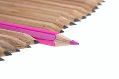 Rood potlood onder eenvoudig. stock afbeeldingen