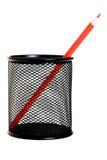 Rood potlood in zwarte potloodhouder Stock Afbeelding