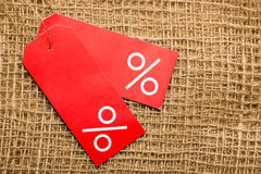 Rood prijsetiket met percententeken Stock Afbeelding