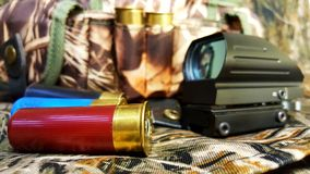 Rood puntgezicht en munitie op camouflageachtergrond, behang royalty-vrije stock afbeeldingen