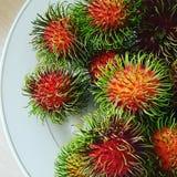 Rood rambutan tropisch fruit op de schijf Stock Fotografie