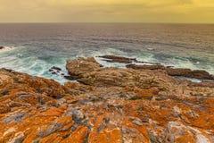 Rood rotsachtig oceaanoeverzeegezicht Royalty-vrije Stock Afbeelding