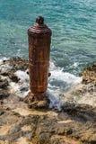 Rood Rusty Steel Bollard op de Oever van het Caraïbische overzees Royalty-vrije Stock Foto
