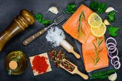 Rood Salmon Fish Fillet met het Koken van ingrediënten, Kruiden en Kruid Royalty-vrije Stock Afbeeldingen