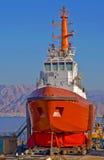 Rood schip in dok Stock Foto's