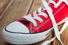 Rood schoenenwit op textuur houten basis royalty-vrije stock fotografie