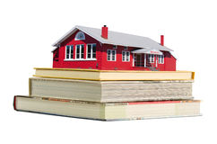 Rood schoolgebouw op de boeken van het schoolonderwijs Stock Foto's