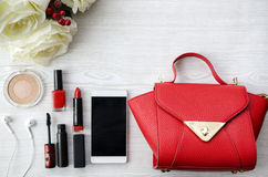 Rood schoonheidsmateriaal op witte houten lijst met zak Stock Afbeelding