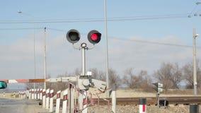 Rood signaal van de seinpaal op de spoorweg stock videobeelden