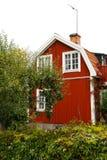 Rood Skandinavisch huis Stock Afbeeldingen