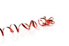Rood spiraalvormig lint op wit Royalty-vrije Stock Afbeeldingen
