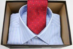 Rood stropdas en overhemd royalty-vrije stock afbeeldingen