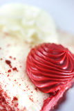 Rood suikerglazuur op cakeclose-up Stock Foto's
