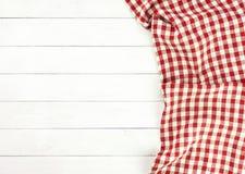 Rood tafelkleed op witte houten lijst Royalty-vrije Stock Afbeeldingen