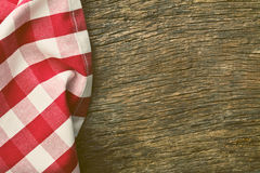 Rood tafelkleed over oude houten lijst Stock Afbeelding