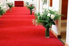 Rood tapijt in kerk voor huwelijksceremonie stock foto