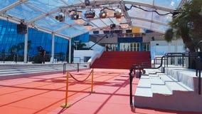 Rood tapijt op treden in ingang van Palais des Festivals et des Congres, Cannes stock videobeelden