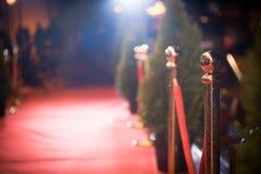 Rood tapijt - traditioneel wordt gebruikt die de route te merken door staatshoofden bij plechtige en formele gelegenheden wordt g stock fotografie