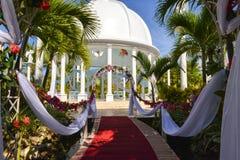 Rood tapijt vóór de huwelijksceremonie Stock Afbeeldingen