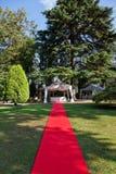 Rood tapijt vóór een huwelijk Stock Foto's