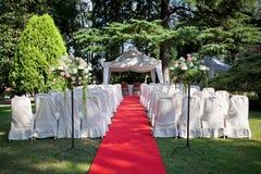 Rood tapijt vóór een huwelijk Stock Afbeeldingen