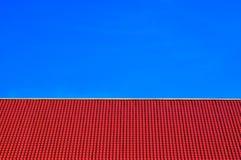 Rood tegelsdak op duidelijke blauwe hemelachtergrond Stock Foto