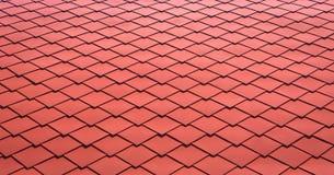 Rood tegelsdak voor achtergrond Sluit omhoog van de tegel van het metaaldak stock afbeelding