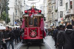 Rood tramspoor op Istiklal-Straat in Istanboel, Turkije 30 december, 2017 Royalty-vrije Stock Foto's