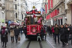 Rood tramspoor op Istiklal-Straat in Istanboel, Turkije 30 december, 2017 Stock Foto's