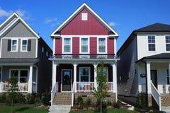 Rood, twee-verhaal, rijtjeshuis in een buurt in Noord-Carolina stock afbeelding