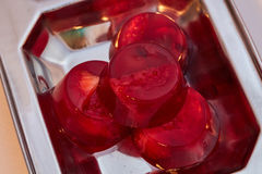 Rood van de geleiaardbei en kers suikergoed op een macro van de metaalplaat Royalty-vrije Stock Foto's