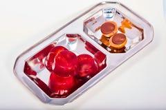 Rood van de geleiaardbei en kers suikergoed op een macro van de metaalplaat Stock Afbeelding